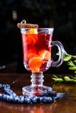 Κόκκινο τσάι φρούτων με tangerines και την κανέλα Στοκ Φωτογραφία