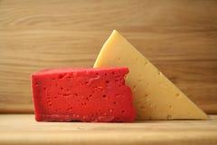 Κόκκινο τυρί και ξύλινος πίνακας Στοκ φωτογραφίες με δικαίωμα ελεύθερης χρήσης