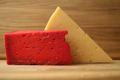 Κόκκινο τυρί και ξύλινος πίνακας Στοκ εικόνες με δικαίωμα ελεύθερης χρήσης