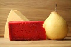 Κόκκινο τυρί στο ξύλινο υπόβαθρο και τον ξύλινο πίνακα Στοκ φωτογραφίες με δικαίωμα ελεύθερης χρήσης