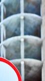 Κόκκινο τόξο Ατελές κτήριο στο θολωμένο υπόβαθρο Στοκ Εικόνες