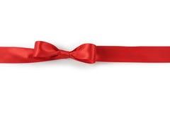 Κόκκινο τόξο κορδελλών στο άσπρο υπόβαθρο με την ελαφριά σκιά Στοκ εικόνες με δικαίωμα ελεύθερης χρήσης