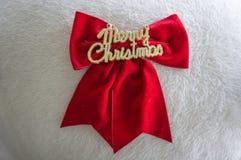 Κόκκινο τόξο με την επιστολή Χαρούμενα Χριστούγεννας, άσπρο υπόβαθρο Στοκ φωτογραφία με δικαίωμα ελεύθερης χρήσης