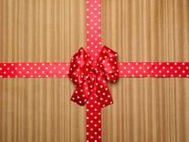 Κόκκινο τόξο στο ξύλινο υπόβαθρο Στοκ Εικόνα