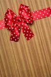 Κόκκινο τόξο στο ξύλινο υπόβαθρο Στοκ φωτογραφία με δικαίωμα ελεύθερης χρήσης