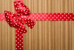 Κόκκινο τόξο στο ξύλινο υπόβαθρο Στοκ φωτογραφίες με δικαίωμα ελεύθερης χρήσης