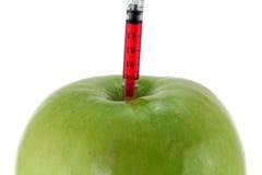 Κόκκινο υγρό που εγχέει στην πράσινη Apple Στοκ Φωτογραφίες