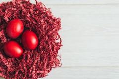 Κόκκινο υπόβαθρο αυγών Πάσχας στοκ εικόνες