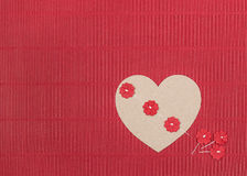 Κόκκινο υπόβαθρο με την καρδιά και τα λουλούδια Στοκ Φωτογραφίες