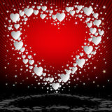 Κόκκινο υπόβαθρο με τις άσπρες καρδιές καθορισμένες Στοκ Εικόνες