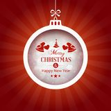 Κόκκινο υπόβαθρο με το μπιχλιμπίδι τυπογραφίας Χαρούμενα Χριστούγεννας Στοκ Φωτογραφία