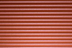 Κόκκινο υπόβαθρο με το σχέδιο λωρίδων Στοκ Φωτογραφία