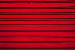 Κόκκινο υπόβαθρο πορτών παραθυρόφυλλων κυλίνδρων χάλυβα (πόρτα γκαράζ με το hori στοκ εικόνα με δικαίωμα ελεύθερης χρήσης