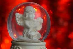 Κόκκινο υπόβαθρο σφαιρών χιονιού αγγέλου Χριστουγέννων Στοκ εικόνα με δικαίωμα ελεύθερης χρήσης