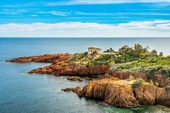 Κόκκινο υπόστεγο δ Azur ακτών βράχων κοντά στις Κάννες, Γαλλία στοκ εικόνα με δικαίωμα ελεύθερης χρήσης