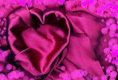 Κόκκινο υλικό σατέν με την έννοια αγάπης μορφής καρδιών Στοκ Φωτογραφίες