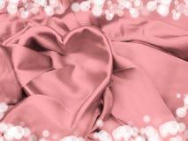 Κόκκινο υλικό σατέν με την έννοια αγάπης μορφής καρδιών Στοκ Φωτογραφία
