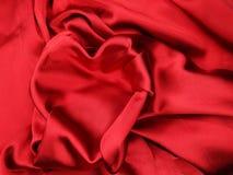 Κόκκινο υλικό σατέν με την έννοια αγάπης μορφής καρδιών Στοκ φωτογραφία με δικαίωμα ελεύθερης χρήσης
