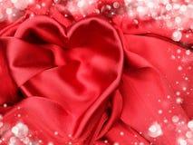 Κόκκινο υλικό σατέν με την έννοια αγάπης μορφής καρδιών Στοκ φωτογραφίες με δικαίωμα ελεύθερης χρήσης