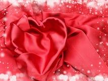 Κόκκινο υλικό σατέν με την έννοια αγάπης μορφής καρδιών Στοκ Εικόνα