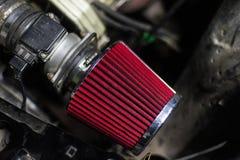 Κόκκινο φίλτρο αέρα υψηλής επίδοσης του σπορ αυτοκίνητο στοκ εικόνες