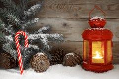Κόκκινο φανάρι που καίγεται σε μια χιονώδη νύχτα Χριστουγέννων Στοκ φωτογραφία με δικαίωμα ελεύθερης χρήσης
