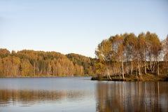 Κόκκινο φθινόπωρο με το νερό και το μπλε ουρανό στοκ εικόνες με δικαίωμα ελεύθερης χρήσης