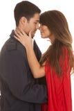 Κόκκινο φιλί παλτών ανδρών ακρωτηρίων γυναικών σχεδόν στοκ φωτογραφία με δικαίωμα ελεύθερης χρήσης