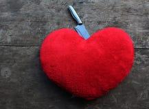 Κόκκινο φονικό μαχαίρι καρδιών στοκ εικόνες με δικαίωμα ελεύθερης χρήσης