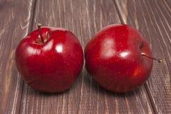 Κόκκινο φρέσκο μήλο στον ξύλινο πίνακα Στοκ εικόνες με δικαίωμα ελεύθερης χρήσης