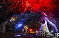 Κόκκινο φως μέσα στο αλατισμένο ορυχείο Khewra στοκ φωτογραφίες