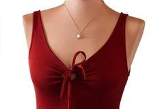 Κόκκινο φόρεμα κλειδαροτρυπών με το κρεμαστό κόσμημα Στοκ Εικόνες