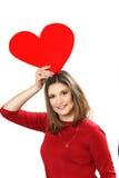 Κόκκινο φόρεμα με την κάρτα ημέρας του κόκκινου βαλεντίνου καρδιών στα χέρια Στοκ Φωτογραφία