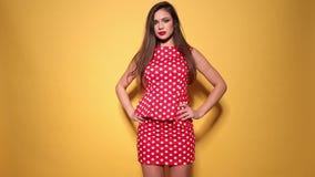 Κόκκινο φόρεμα σημείων Πόλκα φιλμ μικρού μήκους