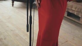 Κόκκινο φόρεμα στο αναδρομικό ύφος του αοιδού τζαζ που αποδίδει στη σκηνή χορός μουσική απόθεμα βίντεο