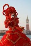 Κόκκινο φόρεμα της Βενετίας καρναβάλι Στοκ Εικόνα