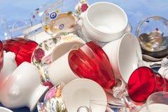 Κόκκινο φλυτζάνι κρασιού γυαλιού σε μια μάζα των φωτεινών εργαλείων κουζινών Στοκ εικόνα με δικαίωμα ελεύθερης χρήσης