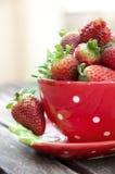 Κόκκινο φλυτζάνι με τις φράουλες Στοκ εικόνες με δικαίωμα ελεύθερης χρήσης