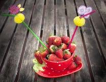 Κόκκινο φλυτζάνι με τις φράουλες Στοκ Εικόνες
