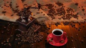 Κόκκινο φλυτζάνι με το μαύρο καφέ στον ξύλινο πίνακα στούντιο φιλμ μικρού μήκους