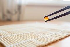 Κόκκινο χαβιάρι στα κινεζικά ραβδιά Στοκ Εικόνα