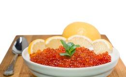 Κόκκινο χαβιάρι στο πιάτο με το λεμόνι στοκ εικόνες