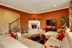 Κόκκινο χαρακτηριστικό αμερικανικό οικογενειακό δωμάτιο με το μεγάλο σύνολο καναπέδων Στοκ Εικόνες