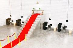 Κόκκινο χαλί στην εσωτερική πλευρά Στοκ φωτογραφία με δικαίωμα ελεύθερης χρήσης