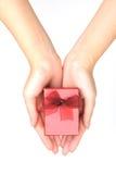 κόκκινο χεριών δώρων κιβωτί Στοκ Φωτογραφία