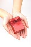 κόκκινο χεριών δώρων κιβωτί Στοκ Φωτογραφίες