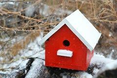 Κόκκινο χιονισμένο birdhouse Στοκ Εικόνες