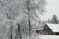 κόκκινο χιόνι σπιτιών Στοκ εικόνες με δικαίωμα ελεύθερης χρήσης