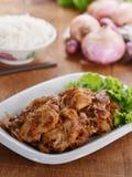 Κόκκινο χοιρινό κρέας κρεμμυδιών με το λαχανικό στοκ εικόνα