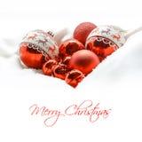 κόκκινο Χριστουγέννων σφαιρών όμορφο πορτρέτο κοριτσιών φορεμάτων έννοιας που φορά τον άσπρο χειμώνα Κάρτα Χαρούμενα Χριστούγεννα Στοκ Φωτογραφίες